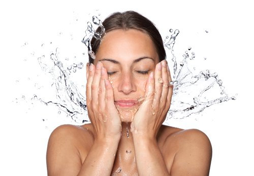 Zašto je važno redovno čistiti lice? Naša koža je kao ogledalo stanja celog organizma. Glatka i čista koža san je svake žene, međutim ubrzani način života, loše životne navike i vreme utiču na lepotu i zdravlje naše kože. Na našoj koži živi mnoštvo bakterija, parazita i gljivica koje se ne vide golim okom. Naizgled čista koža ne znači da je zbilja čista već pri obasjavanju Wood lampom koža zasvetli poput Las Vegasa, što ukazuje na […]