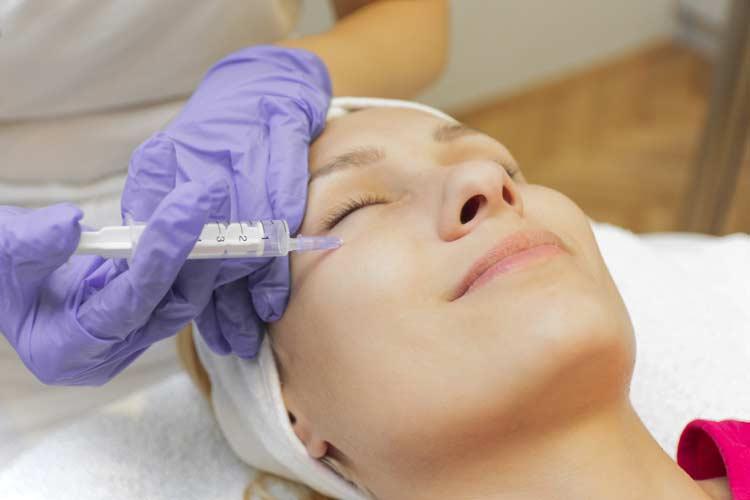 Zašto mezoterapija? Mezoterapija je tehnika aplikovanja specijalnih koktela pod kožu. Ova terapija dozvoljava nam da neophodne vitamine, aminokiseline i minerale dostavimo neposredno u derm (središnji sloj kože) gde ne dopiru sredstva koja se nanose na kožu. U Evropi se mezoterapija primenjuje više od 50 godina. Ovaj metod je nastao u Francuskoj, a osmislio ga je doktor Mišel Pistor. Od tada se mezoterapija ubrzo razvijala, a 1987. godine priznata je od strane francuske medicinske Akademije kao […]